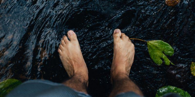 Füße abkühlen und an der frischen Luft trocknen