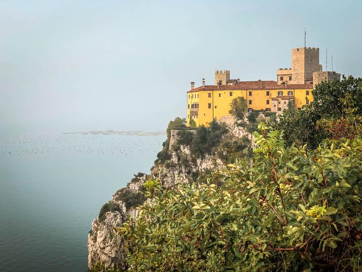 Schloss Duino vom Rilkeweg aus