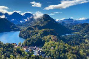 ausblick alpsse und schloß hohenschwangau